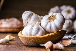 garlic in wooden bowl